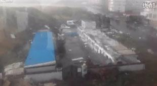 """Video """"Made in China"""": Nhà 2 tầng bị thổi bay trong bão"""
