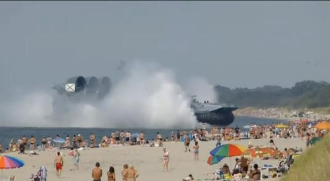 Xem chiến hạm 550 tấn cập bờ khẩn cấp