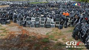 """Ảnh: """"Núi tivi Trung Quốc"""" chờ thu hồi"""