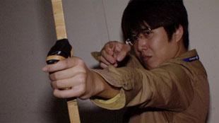 Chơi game bắn cung bằng... vũ khí thật