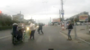 Vượt đèn đỏ, môtô hất văng xe đẩy em bé