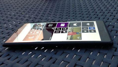 Phablet Nokia Lumia 1520 đọ dáng cùng Sony Xperia Z1