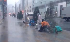 Mặc mưa bão, fan Nhật vẫn xếp hàng dài chờ mua iPhone mới