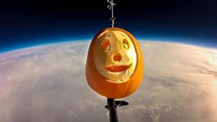 Dùng bóng bay đưa bí ngô vào vũ trụ mừng Halloween