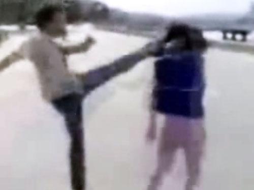 Video gã đàn ông dùng Muay Thái đánh bạn gái