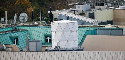 Kiến trúc hình trụ, màu trắng trong Đại sứ quán Anh tại Berline bị cho là nơi giấu thiết bị nghe lén của tình báo Anh