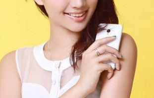Meizu MX2 phiên bản màu trắng đọ dáng cùng thiếu nữ