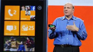 """CEO Microsoft """"dội bom"""" ngôn từ xuống Android"""