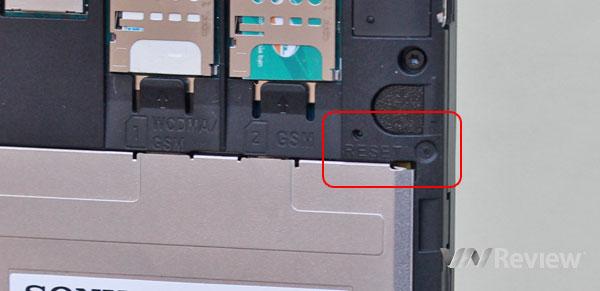 Где находится кнопка reset на sony xperia с