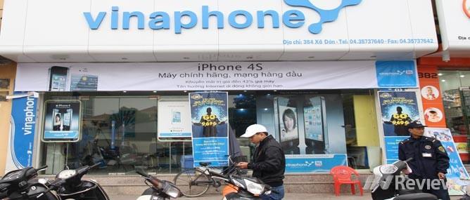 """iPhone 4S chính hãng """"túc tắc"""" mua bán"""