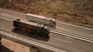 Tuyệt kỹ xoạc chân trên hai xe tải giật lùi của Van Damme