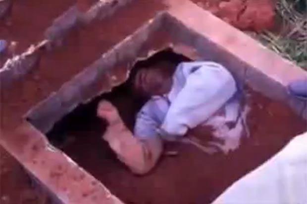 Clip sốc trên mạng: Xác chết đội mồ sống lại