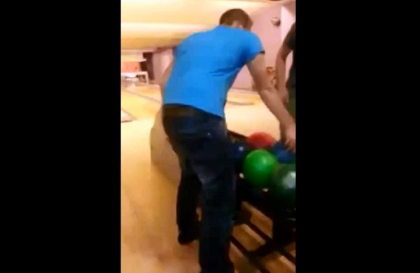 Lỡ tay ném bowling phá thủng trần nhà