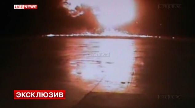 Kinh hoàng cảnh máy bay Boeing 737 lao xuống và nổ tung