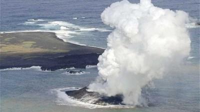 Cận cảnh núi lửa phun trào tạo đảo mới