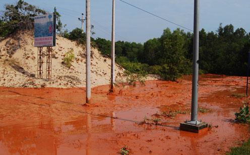 Bùn đỏ là gì? Bùn đỏ độc hại ra sao?