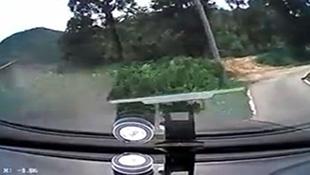 Ô tô lật nhào sau 10 giây lăn bánh