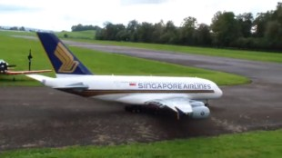 Mô hình Airbus A380 bay lượn như máy bay thật
