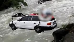 Ô tô đu cáp treo vượt sông dữ