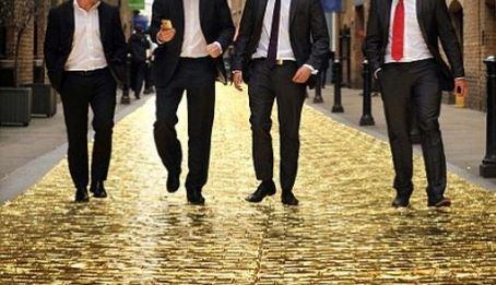 HTC dát vàng đường phố London để chào đón HTC One Gold