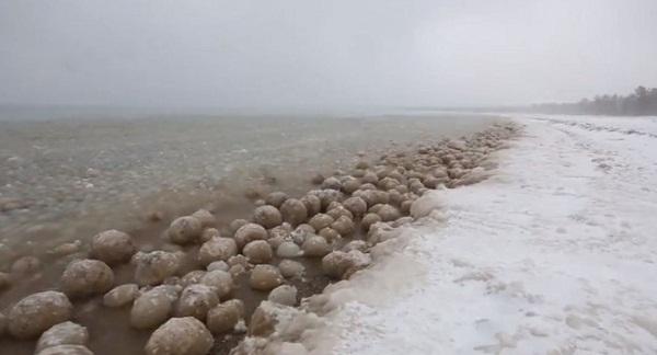 """Xuất hiện một loạt """"hòn đá"""" lạ trên Hồ Michigan, Mỹ"""