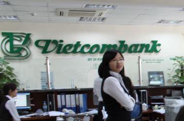 """Vietcombank """"âm thầm"""" thu phí chuyển khoản nội mạng"""