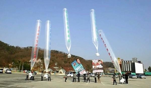 Hàn Quốc rải tiền mặt, USB, DVD vào Triều Tiên