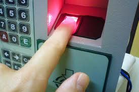 Eximbank cho rút tiền bằng vân tay