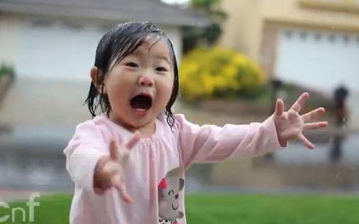 Vui như bé gái lần đầu tắm mưa