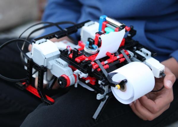 Học sinh 12 tuổi chế tạo máy in chữ nổi từ Lego