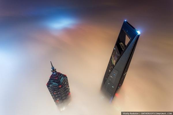Vadim Makhorov và Vitaliy Raskalov đã tự quay lại đoạn video cho thấy 2 người trèo lên nóc Tháp Thượng Hải (cao 632m), tòa nhà cao thứ 2 thế giới chỉ sau Burj Khalifa tại Các Tiểu Vương Quốc Ả-Rập.