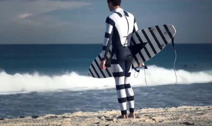 Áo bơi sọc đen trắng giúp chống cá mập tấn công?