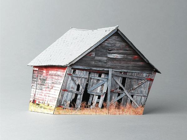 """Khung cảnh những ngôi nhà đổ nát tại các trang trại bỏ hoang đã trở thành một cảnh tượng rất quen thuộc trong các bộ phim Holly Wood. Khi đặt trên khung nền trống trơn, các bức ảnh của Ofra Lapid đã tạo ra sự đối nghịch kì lạ giữa thế giới hiện đại và một thời """"xưa cũ"""" của nước Mỹ."""